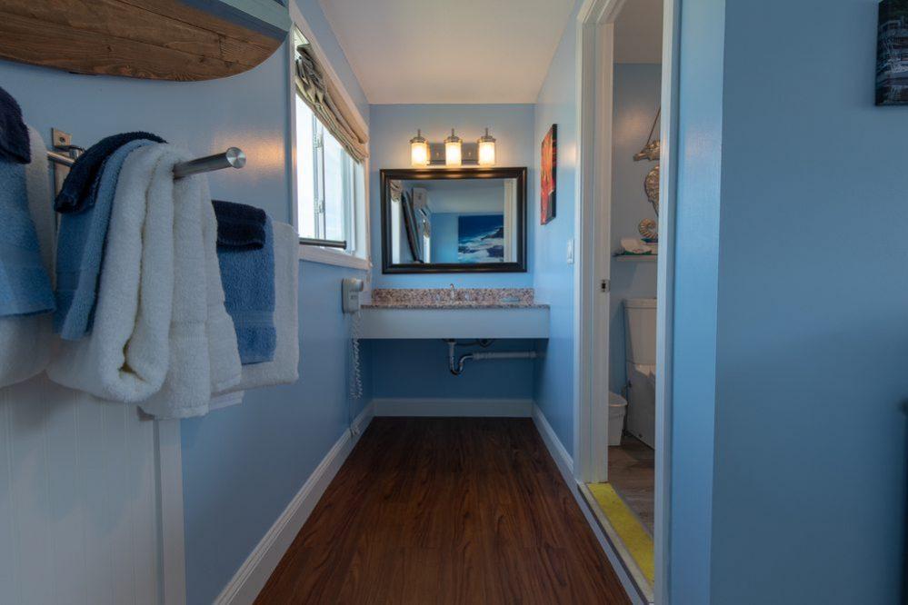 Footbridge Motel Room 14 | Bathroom Hall